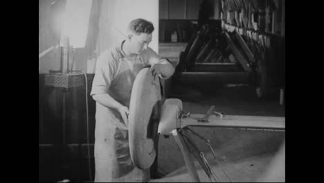 Airplanes-Are-Built-In-A-Factory-In-1917-9