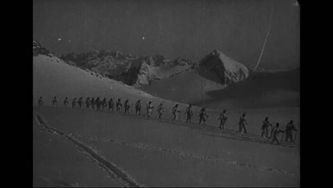 The-Italian-Army-In-World-War-One-Uses-Skis-To-Cross-The-Alps