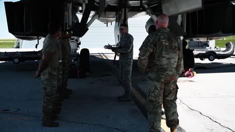 Miembros-Del-Comando-De-Ataque-Global-De-La-Fuerza-Aérea-A4-Preparan-Misiles-Para-Cargarlos-En-Un-Avión-2019
