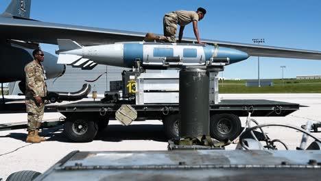 Miembros-Del-Comando-De-Ataque-Global-De-La-Fuerza-Aérea-A4-Cargan-Misiles-En-Un-Avión-2019