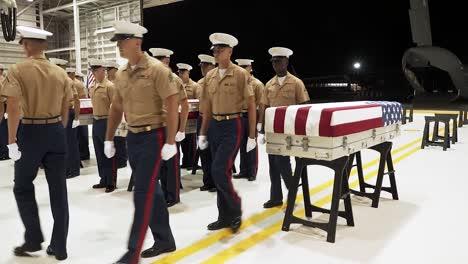 US-Soldaten-Mit-Der-Verteidigungs-pow/mia-Buchhaltungsagentur-Nehmen-An-Einer-Rückführungszeremonie-Von-Überresten-Teil-Von-Denen-Angenommen-Wird-Dass-Sie-Aus-Dem-Zweiten-Weltkrieg-Stammen-Auf-Der-Gemeinsamen-Basis-Pearl-Harborhickam-Hawaii-Am-17-Juli-2019