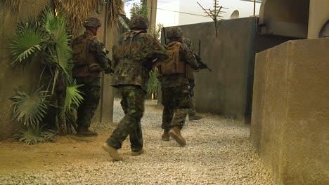 Los-Marines-Estadounidenses-Con-El-3er-Batallón-Del-8o-Regimiento-De-La-Infantería-De-Marina-Realizar-Entrenamiento-Urbano-En-El-Campamento-De-Entrenamiento-De-Inmersión-De-Infantería-Lejeune-Nc-18-De-Julio-De-2019