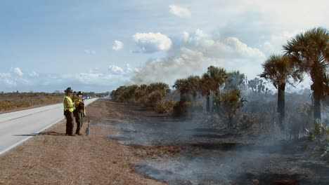 Feuerwehrleute-Führen-Eine-Vorgeschriebene-Verbrennung-Im-Merritt-Island-National-Wildlife-Reserve-2011-Durch