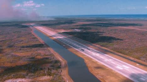Antennen-Einer-Vorgeschriebenen-Verbrennung-Bei-Merritt-Island-National-Wildlife-Reserve-NASA-Gebäuden-Im-Vordergrund-2011