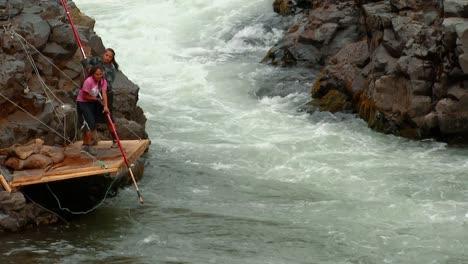 Se-Utiliza-Una-Complicada-Red-De-Redes-Para-Pescar-En-Un-Arroyo-En-El-Criadero-Nacional-De-Peces-Spring-Creek-2016