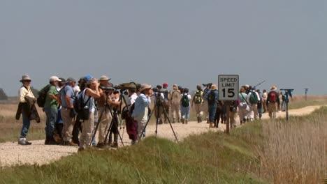 Eine-Gruppe-Von-Menschen-Schaut-Durch-Ein-Fernglas-Und-Macht-Fotos-Eine-Frau-Geht-Durch-Einen-Wald-Eine-Familie-Hängt-Am-Strand-Ab-National-Wildlife-Reserve-Montana-2011