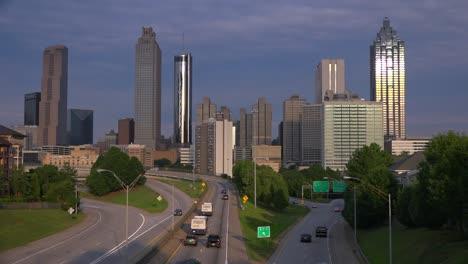 Schöne-Abenddämmerung-Blick-Auf-Den-Verkehr-Nach-Atlanta-Georgia-1