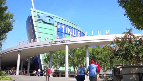 Exterior-establishing-shot-of-the-Georgia-Aquarium-in-Atlanta