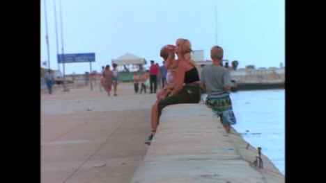 Menschen-Sitzen-Am-Wasser-In-Havanna-Kuba-In-Den-1980er-Jahren
