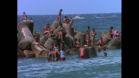 Massen-Schwimmen-In-Der-Sommerhitze-Von-Havanna-Kuba-In-Den-1980er-Jahren