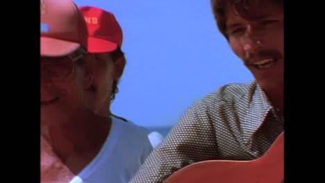 Musiker-Spielen-An-Einem-Strand-Und-Leute-Trinken-In-Einer-Bar-In-Havanna-Kuba-In-Den-1980er-Jahren