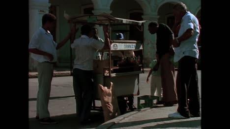 Verschiedene-Aufnahmen-Von-Havanna-Kuba-In-Den-1980er-Jahren-Mit-Arbeitern-Und-Dem-Hauptgebäude-1