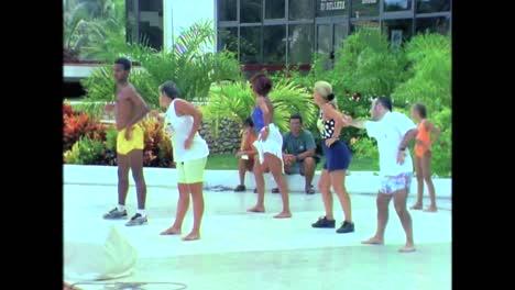 Los-Viajeros-Visitan-Un-Resort-De-Cuba-En-Los-Años-80-Y-Caminan-Por-La-Playa