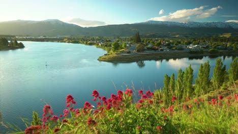 Ein-Malerischer-See-Umgeben-Von-Blumen-Und-Bergen-Ist-In-Reykjavik-Island-Zu-Sehen