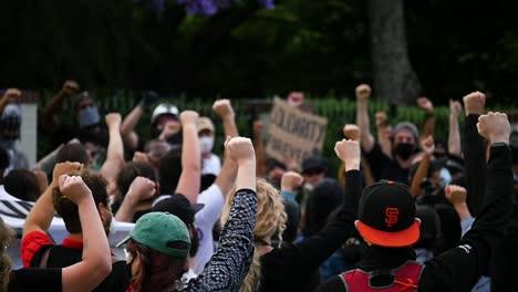 Demonstranten-Halten-Fäuste-Während-Eines-Black-Live-Matter-Blm-Marsches-In-Los-Angeles-Nach-Dem-Mord-An-George-Floyd