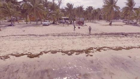 Los-Nativos-Hacen-Volteretas-En-La-Playa-Mientras-Los-Turistas-Miran-En-Nassau-Bahamas-Caribe