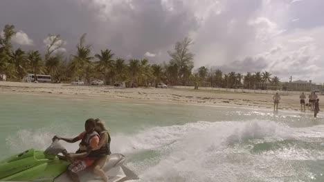 Los-Turistas-Viajan-En-Motos-De-Agua-En-Nassau-El-Caribe-De-Bahamas