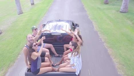 Una-Antena-De-Drone-Sobre-Los-Jóvenes-Sentados-En-La-Parte-Trasera-De-Una-Camioneta-Pasar-Un-Buen-Rato-En-Barbados-Caribe