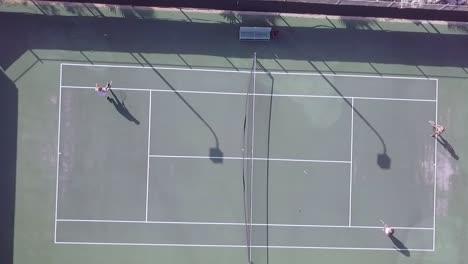 Drohnenantenne-Mit-Hohem-Winkel-über-Leuten-Die-Ein-Tennismatch-Auf-Einem-Tennisplatz-Spielen