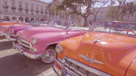 Schöne-Klassische-Autos-Säumen-Die-Straßen-Von-Havanna-Kuba