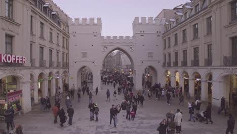 Disparo-De-Lapso-De-Tiempo-De-Peatones-Caminando-Y-Comprando-En-Un-Centro-Comercial-Neogótico-En-Munich-Alemania