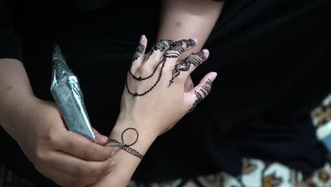 Una-Mujer-Recibe-Un-Tatuaje-De-Henna-En-Una-Tierra-árabe-1