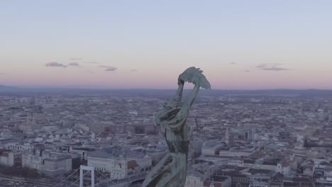 Schöne-Luftaufnahme-Der-Freiheitsstatue-Und-Stadtbild-Von-Budapest-Ungarn-2