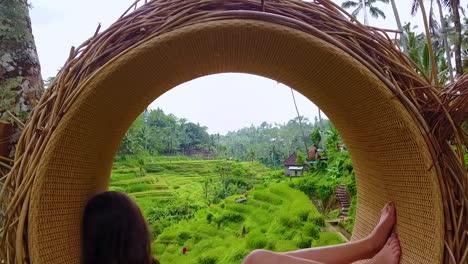 Hermosa-Foto-De-Un-Modelo-Femenino-Posando-Con-Arrozales-De-Bali-Indonesia-En-Segundo-Plano-