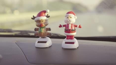 Muñecos-De-Santa-Y-Reno-Bobblehead-En-El-Salpicadero-Decir-Feliz-Navidad