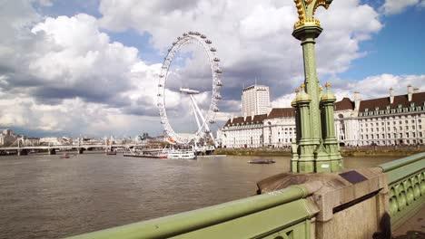 Caminando-Por-El-Puente-De-Londres-Westminster-Y-La-Noria-Del-London-Eye-A-Lo-Largo-Del-Támesis