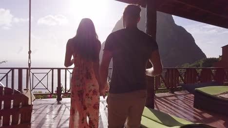 Ein-Romantisches-Mann--Und-Frauenpaar-Im-Urlaub-Das-Auf-Dem-Balkon-Eines-Luxusresort-hotelzimmers-Auf-Den-Karibischen-Inseln-Von-St-Lucia-Trinkt