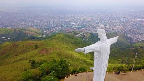 Toma-Aérea-Alrededor-De-La-Estatua-De-Cristo-Rey-En-Cali-Colombia