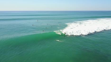 Antena-De-Surfistas-Cogiendo-Olas-Agradables-Y-Surfeando-En-Cabo-San-Lucas,-Baja-México