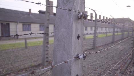 Schwenk-Entlang-Stacheldraht-Im-Nazi-Konzentrationslager-Auschwitzbirkenau-Polen