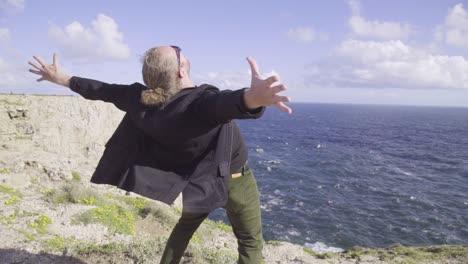 Un-Hombre-Grita-Estoy-En-El-Fin-Del-Mundo-En-El-Vacío-Del-Océano-Atlántico-Portugal
