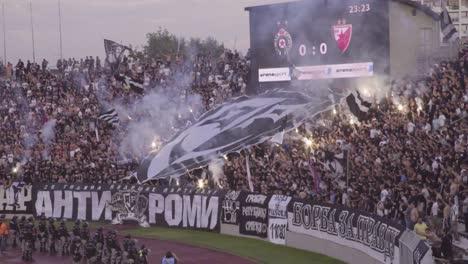 Se-Desatan-Disturbios-E-Incendios-Mientras-Los-Hooligans-Del-Fútbol-Se-Vuelven-Locos-Alborotándose-En-Un-Partido-De-Fútbol-En-Novi-Sad-Serbia