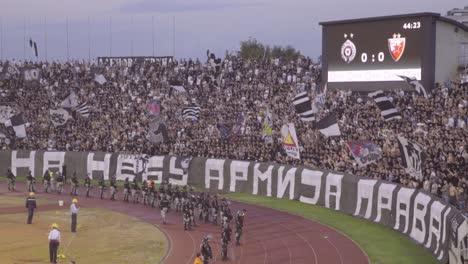 Se-Desatan-Disturbios-E-Incendios-Mientras-Los-Hooligans-Del-Fútbol-Se-Vuelven-Locos-Por-Disturbios-En-Un-Partido-De-Fútbol-En-Novi-Sad-Serbia-1