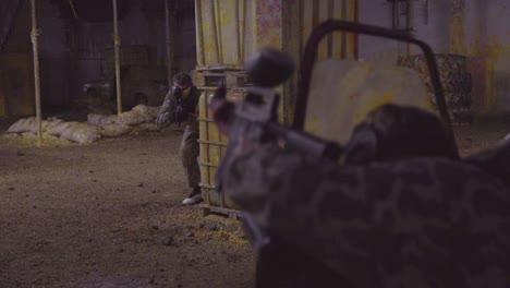 Hombres-Con-Pistolas-De-Paintball-Participan-En-Un-Ejercicio-Paramilitar-Terrorista-Realista-1