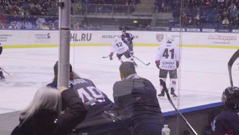 Se-Juega-Un-Partido-De-Hockey-Profesional-En-Bratislava-Eslovaquia