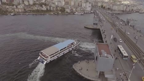 Schöne-Antenne-über-Dem-Bosporus-15-Juli-Märtyrerbrücke-In-Istanbul-Türkei-Mit-Boots--Und-Fahrzeugverkehr
