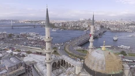 Beautiful-Vista-Aérea-Through-Spires-Of-Mosque-Reveals-Bosphorus-Río-And-The-City-Of-Istanbul-Turkey