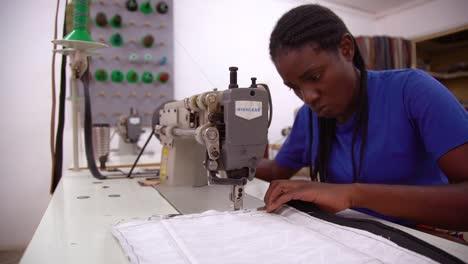 Eine-Arbeiterin-Näht-In-Einem-Sweatshop-In-Sambia-Afrika-Ein-Kleidungsstück-Von-Hand