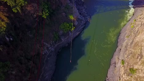 Increíble-Antena-Drone-De-Un-Hombre-Bungee-Jump-Desde-Un-Puente-En-Zambia-Zimbawbwe-África
