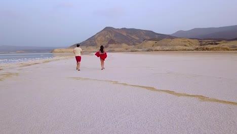Un-Hombre-Y-Una-Mujer-Corren-En-Un-Salar-O-Playa-En-Djibouti-África