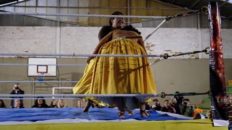 Female-Woman-Cholita-Wrestlers-In-Native-Costume-Fight-In-A-Boxing-Ring-In-Bolivia-3