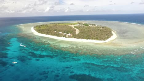 An-vista-aérea-view-shows-people-boating-around-Lady-Elliot-Island-a-coral-cay-of-the-Great-Barrier-Reef-in-Australia