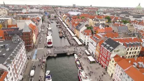 Una-Vista-Aérea-Muestra-El-Canal-De-Nyhavn-En-Copenhague-Dinamarca