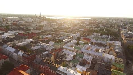 Una-Vista-Aérea-Muestra-La-Ciudad-De-Helsinki-Finlandia-Cuando-Se-Acerca-El-Atardecer