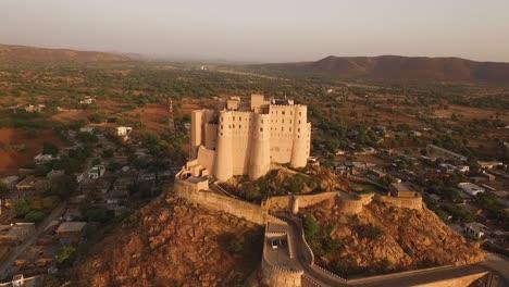 Una-Vista-Aérea-Muestra-La-Fortaleza-De-Alila-Bishangarh-En-Jaipur-Rajasthan-India