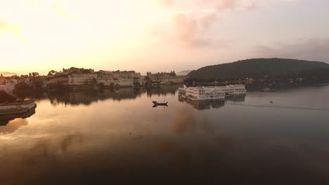El-Taj-Lake-Palace-En-El-Lago-Pichola-En-Udaipur-India-Se-Ve-Al-Atardecer